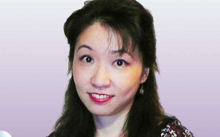 Zu sehen ist das Foto mit einer Portraitaufnahme einer jungen Frau.