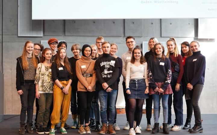 Eine Gruppe von Schülern stehen für eine Gruppenaufnahme im Rahmen des Projektes »Kulturakademie« am ZKM.