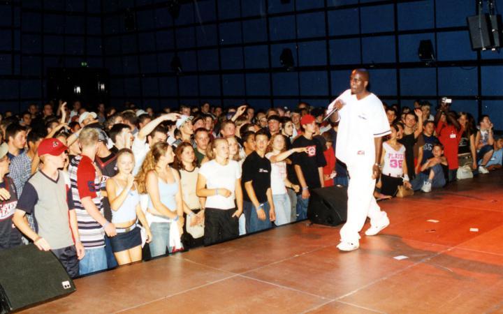 Ein Rapper der Gruppe La Brigade auf der Bühne des ZKM-Medientheaters.