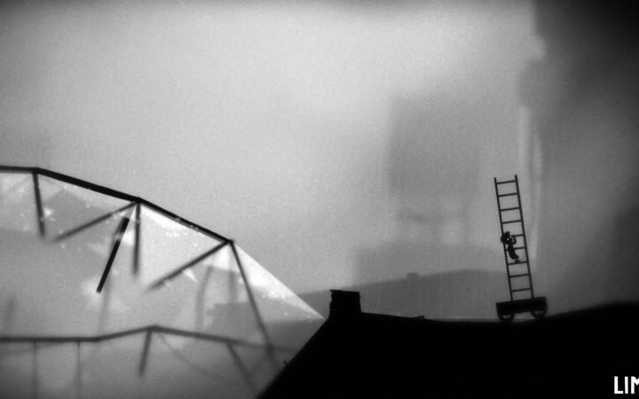 In einer schwarzweißen Landschaft klettert eine kleine Figur mit Mütze auf dem Kopf eine Leiter hoch