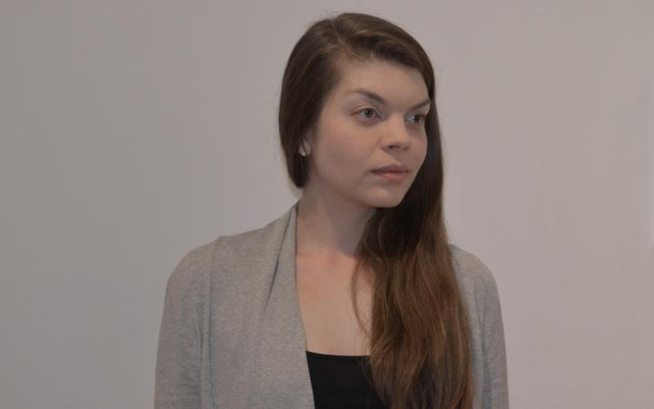 Foto einer Frau mit hellbraunen langen Haaren