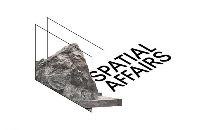 Schriftzug »Spatial Affairs« in räumlicher schwarzer Schrift, neben einem Ausschnitt aus einem Werk von Alicja Kwade: eine zweidimensionale Abbildung eines Felsen.
