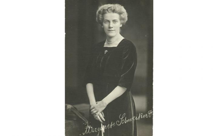 Autogrammpostkarte der Geigerin und Komponistin Margarete Schweikert (1887–1957), 1909