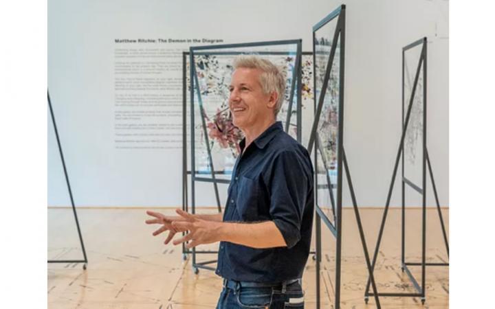 Matthew Ritchie in einer Kunstgalerie