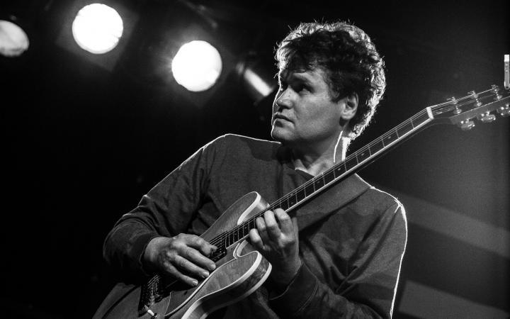 Zu sehen ist Matthias Ockert, der E-Gitarre spielt