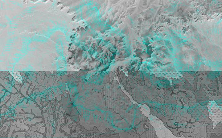 Ein in der Mitte zweigeteiltes Bild von einer gedruckten Karte im unteren Teil und einer computeranimierten Karte im oberen Teil. Über die schwarzweiße Collage ist ein in dritte, in feinen türkisen Strichen dargestellte, Karte gelegt.