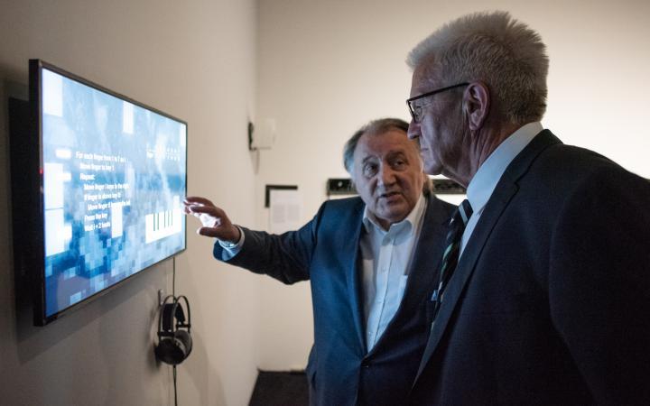 Ministerpräsident Winfried Kretschmann und Peter Weibel in der Ausstellung »Open Codes«