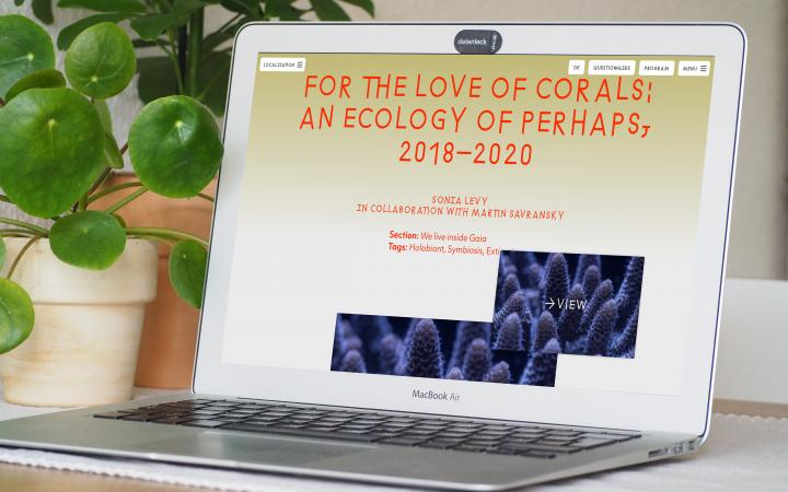 The digital platform of the exhibition »Critical Zones« can be seen on a MacBook Air.