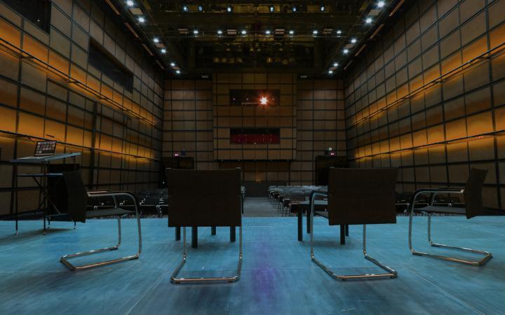 Stühle auf der Bühne, Blick ins Publikum