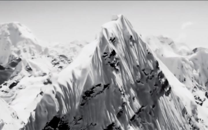 Ein schneebedecktes Gebirge. Ausschnitt aus dem Film »Nature« von Artavazd Pelechian