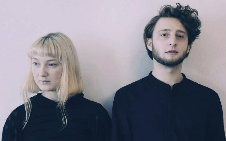 Das Bild zeigt die beiden MusikerInnen der Band NOVAA x Moglii