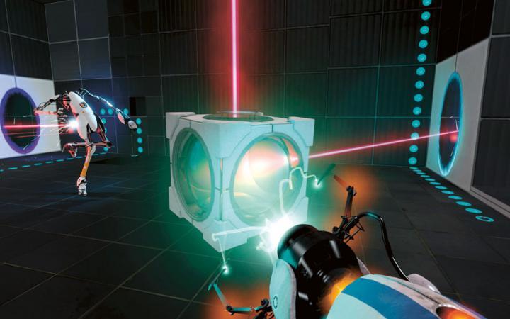 Aus der Ego-Perspektive fällt der Blick auf einen Kubus durch den Laserstrahlen gehen