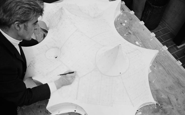 Frei Otto am Modell der Schwimmhallenüberdachung für  den Olympiapark München