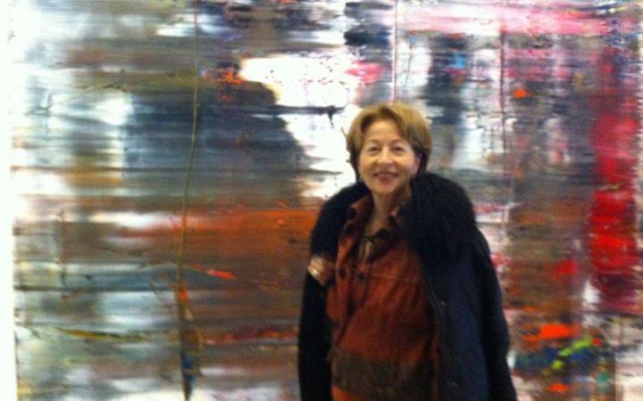 Portrait einer Dame vor einem verschwommenen Bild