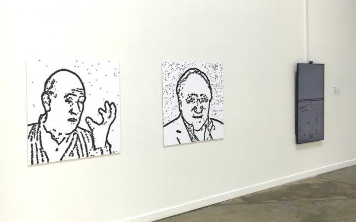 Zwei Portraitzeichnungen an der Wand