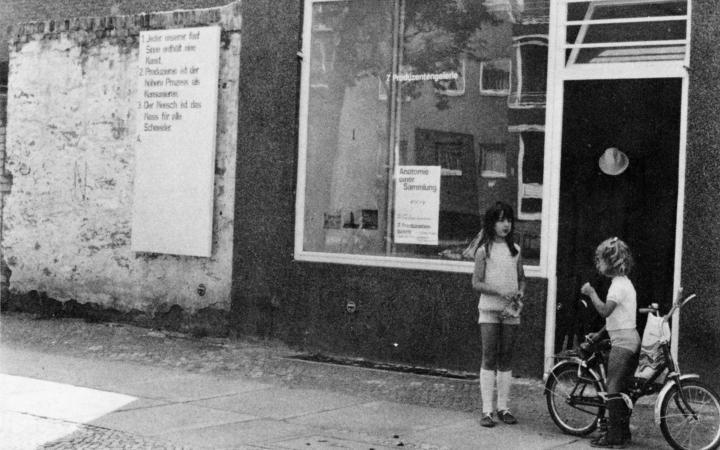 Schwarz-weiß Foto zeigt den Blick auf die Galerie Dieter Hackers in der Grainauer Straße