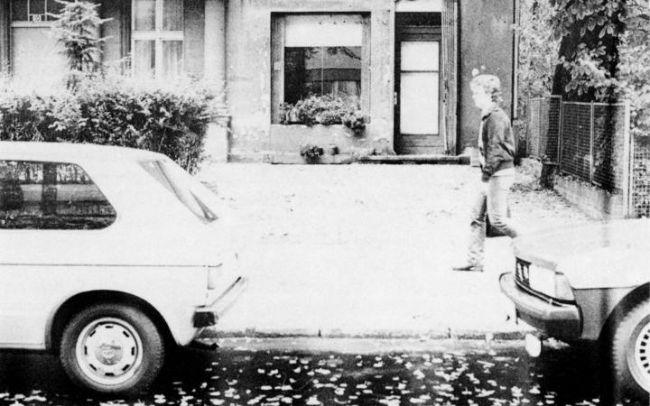 Schwarz-weiß Foto zeigt den Blick auf die Galerie Dieter Hackers in der Schaperstraße 10