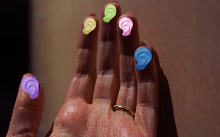 Zu sehen ist eine Fotomontage mit einer Hand und bunten Farbklecksen im Rahmen der Veranstaltung »Art im Puls«.