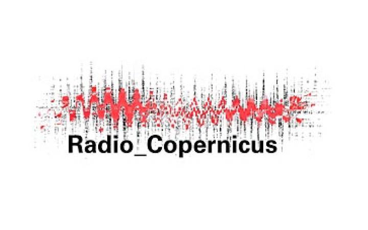 """Visualisierung eines Klangspetrums, darunter die Schrift """"Radio Copernicus"""""""