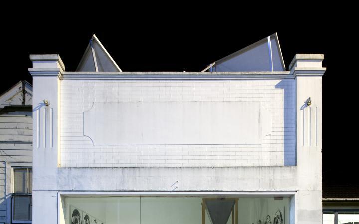 Das Bild zeigt die Installation »Radio Painting Station«von Simon Ingram