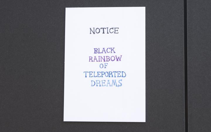 Ein Zettel hängt an einem Zaun