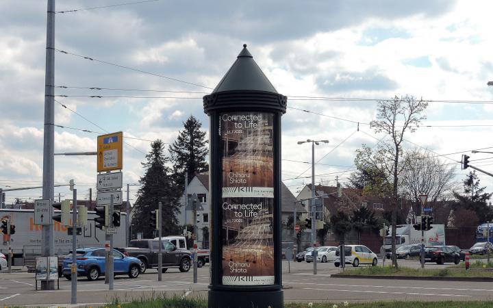 Eine Plakatsäule in Karlsruhe mit Werbung zur Ausstellung »Chiharu Shiota. Connected to Life«.