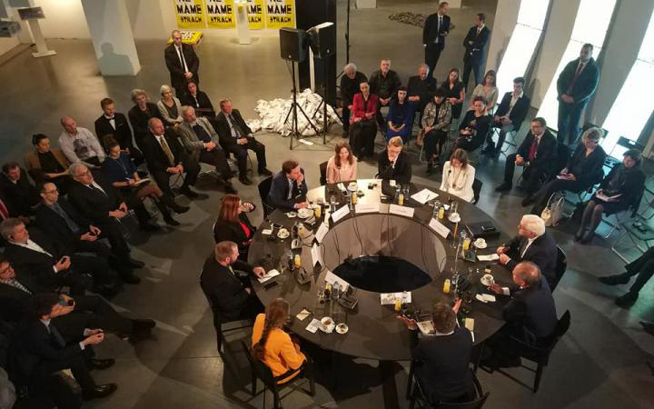 """Bundespräsident Frank Walther Steinmeier bei einer Diskussion mit Vertretern der Zivilgesellschaft und Studierenden zum Thema """"Die Zukunft der Demokratie in Europa« in der Ausstellung »GLOBAL CONTROL AND CENSORSHIP« in ZIlina»"""