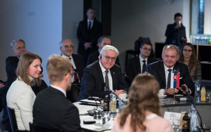 Bundespräsident Frank Walther Steinmeier bei einer Diskussion mit Vertretern der Zivilgesellschaft und Studierenden zum Thema »Die Zukunft der Demokratie in Europa« in der Ausstellung »GLOBAL CONTROL AND CENSORSHIP« in Zilina.