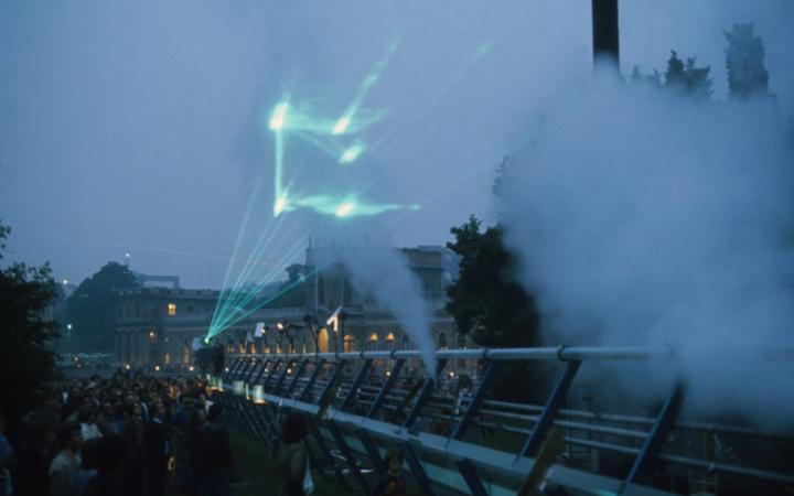 Das Bild zeigt eine grüne Lasershow mit Publikum