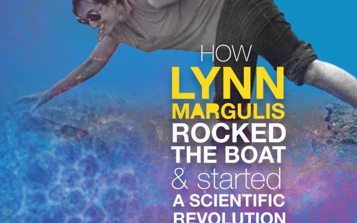 Das Filmplakat des Filmes Symbiotic Earth zeigt Lynn Margulis, wie sie mit einer Hand und einem Bein im Wasser ist, mit dem anderen Bein auf der Erde und mit der anderen Hand eine fremde Hand festhält.