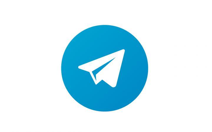 Ein weißer Papierflieger in einem blauen Kreis, das Icon der App Telegram.