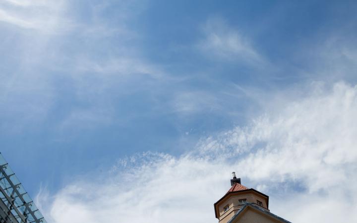 Blauer Himmel mit rechts die Spitze des ZKM-Gebäudes und links ein kleiner Teil des Kubus
