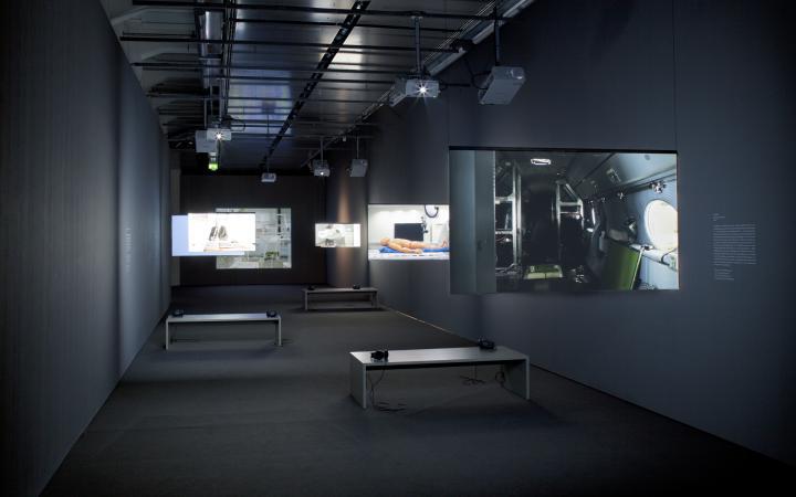 Ausstellungsansicht Maschinensehen. Sechs Projektionen auf hängenden Screens verschiedener Größe.