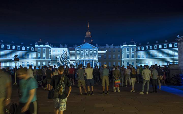 Das Karlsruher Schloss in blaues Licht getaucht