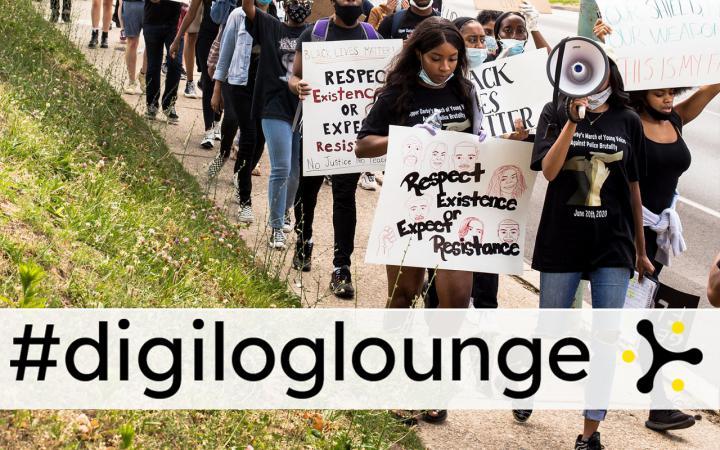 Zu sehen ist eine Demonstration mit Menschen, welche Schilder halten. Groß über dem Bild steht #digiloglounge