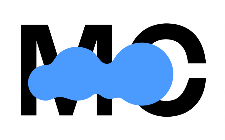 """Die Buchstaben """"MC"""" in schwarz auf weißem Grund. Darüber ein großer blauer Farbklecks."""