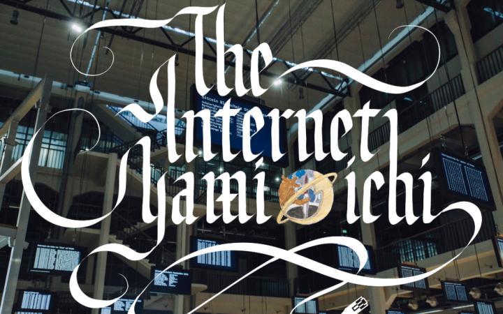 Schriftzug »The Internet Yami-Ichi« über der »Open Codes«-Ausstellung