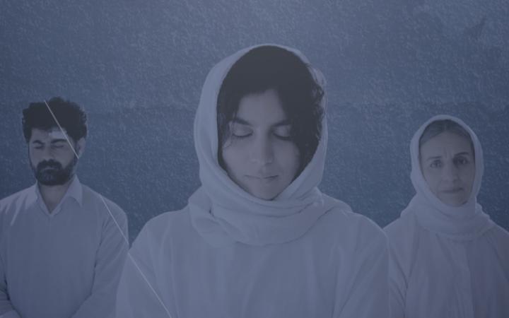 Zu sehen ist das Filmplakat des Films »Reseba«. Es ist blau eingefärbt und zeigt in der Mitte eine junge Frau mit Kopftuch. Rechts und links neben ihr sind kleiner ein Mann und eine ältere Frau, ebenfalls mit Kopftuch, zu sehen.