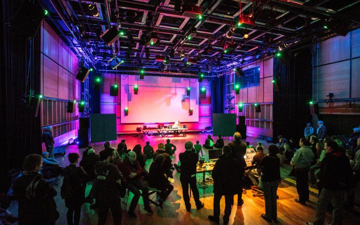 Ein Konzert im inneren des ZKM Klangdom mit atmosphärischen Lichtern.