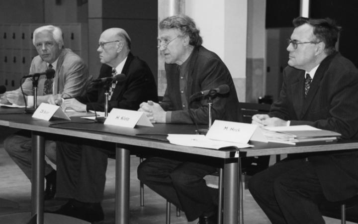 4 Männer an einem Tisch während einer Pressekonferenz