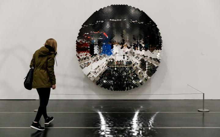 Eine Scheibe aus 4437 kleine Spiegelsteine, die die Umgebung reflektieren