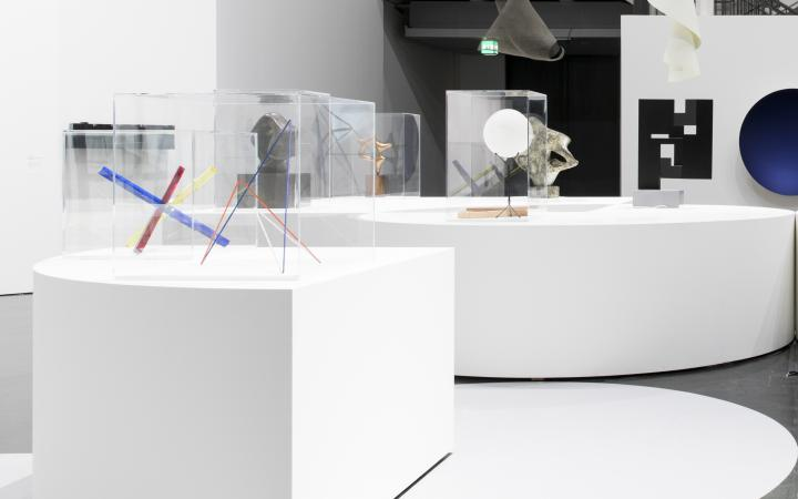 Großer Raum mit den Signaturwerken der Ausstellung »Negativer Raum«