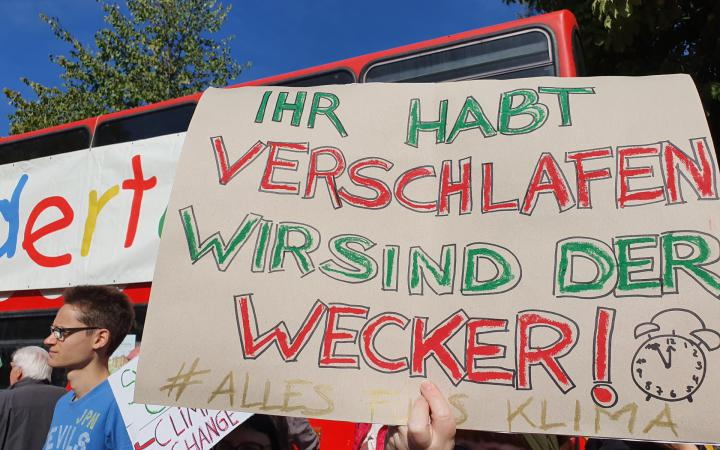 The poster shown was held up by students during the Fridays for Future demonstration on 20 September 2019. It reads »Ihr habt verschlafen wir sind der Wecker!«