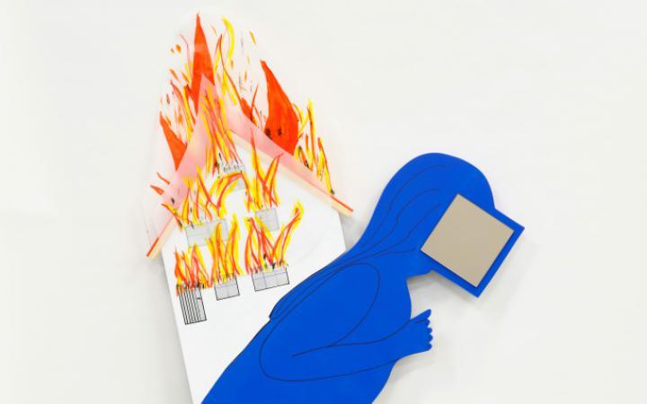 Eine gebückte in blau vermummte Figur mit einem Screen vor dem Gesicht trägt auf ihren Schultern ein brennendes Haus. Am Rand der blauen Kutte und auf Hüfthöhe sind Sterne eingewebt.