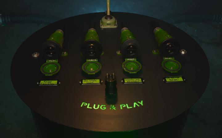 Obenansicht des Steuerungspults der Installation »Talking Tubes« mit der Aufschrift »Plug & Play«