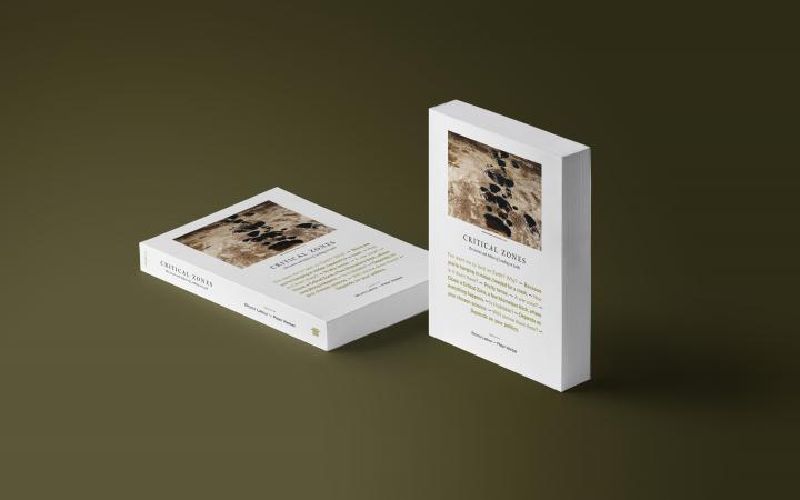2 Katalog-Exemplare zur Ausstellung Critical Zones sind im Bild. Das linke liegt, das rechte steht.