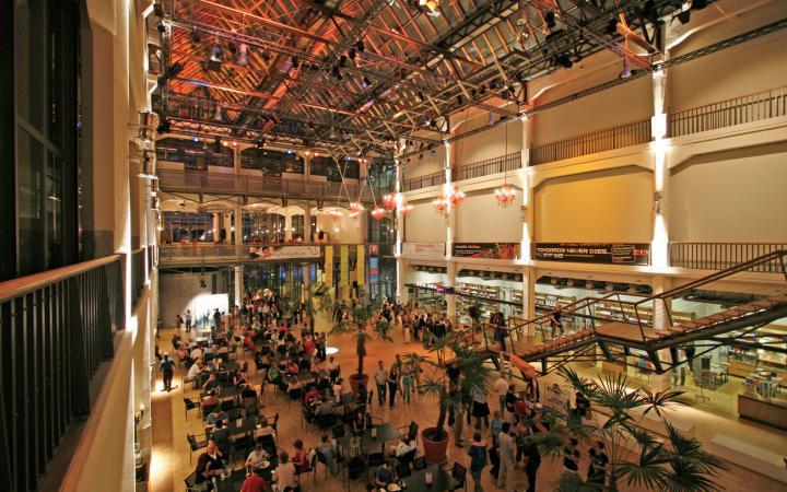 Beleuchtetes ZKM_Foyer mit Palmen