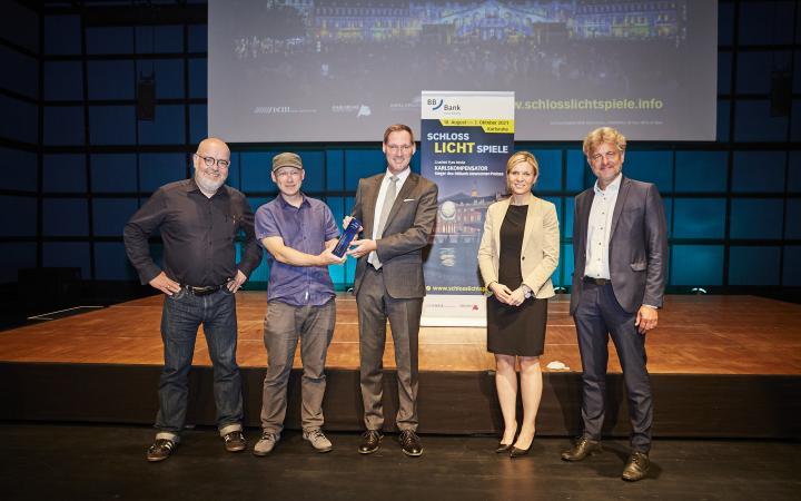 Martin Wacker, Gene Aichner, Oliver Lüsch, Dominiza Szope und Dr. Frank Mentrup. Gene Aichner und Oliver Lüsch halten gemeinsan den Preis.