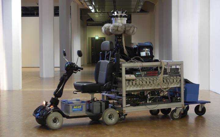 Ein Roller mit einer Kamera und weiteren technischen Geräten obendrauf