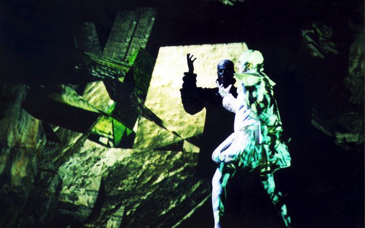 Zwei kostümierte Personen tanzen in grünem licht